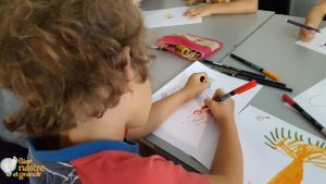Un enfant dessine ce qu'il a fait en atelier sophro