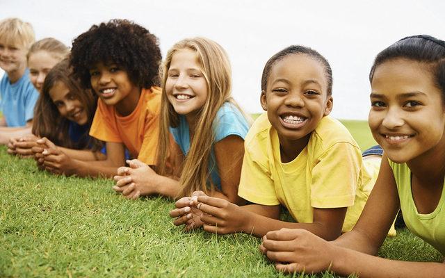 Jeune famille multiethnique illustration atelier theatre forum parentalité